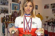 Fantastický výsledek přivezla z šampionátu žen na dráze cyklistka Lucie Záleská, která v této kategorii závodí teprve první rok. Vybojovala tři zlaté, jednu stříbrnou a dvě bronzové medaile.