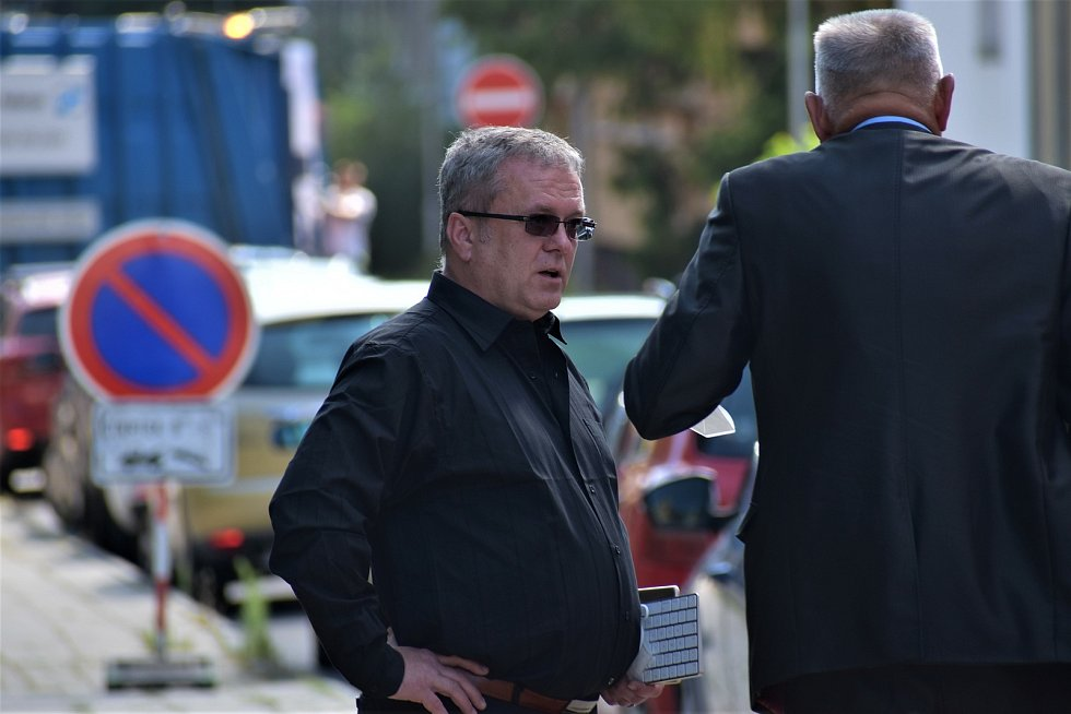 Obžalovaný advokát Jan Růžek s jeho obhájcem Michaelem Kisem (vlevo) v přestávce líčení.