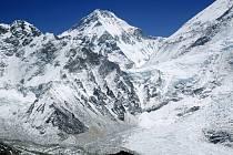 Mount Everest je nejvyšší hora na Zemi (od mořské hladiny). Vrchol hory je hraničním bodem mezi Nepálem a Tibetem