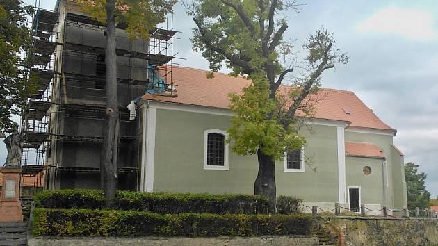 Kostel sv. Mikuláše v Nepomyšli už má z větší části novou fasádu. Opravuje se průběžně posledních několik let. V roce 2007 byl uzavřen kvůli havarijnímu stavu.