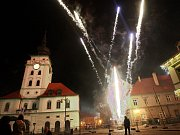 Silvestrovský ohňostroj na náměstí Svobody v Žatci. Archivní snímek