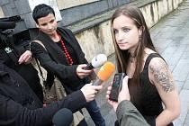 Lucie Šlégrová dává rozhovor novinářům před mosteckým soudem. Tenkrát byla v roli oběti.
