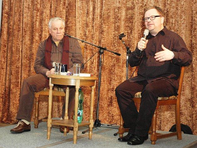 Stanislav Motl na besedě v Opočně. Večerem provázel Robert Tamchyna (vpravo)
