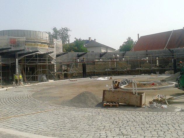 Rekonstrukce autobusového nádraží v Žatci je v plném proudu.