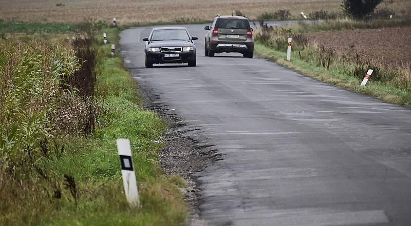 Silnice Žatec - Rakovník u Svojetína je samá díra. Opravovat se má začít příští měsíc.