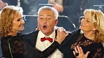 Natáčení zábavného silvestrovského pořadu v Žatci. Na snímku je Milan Pitkin a duo Kamélie.