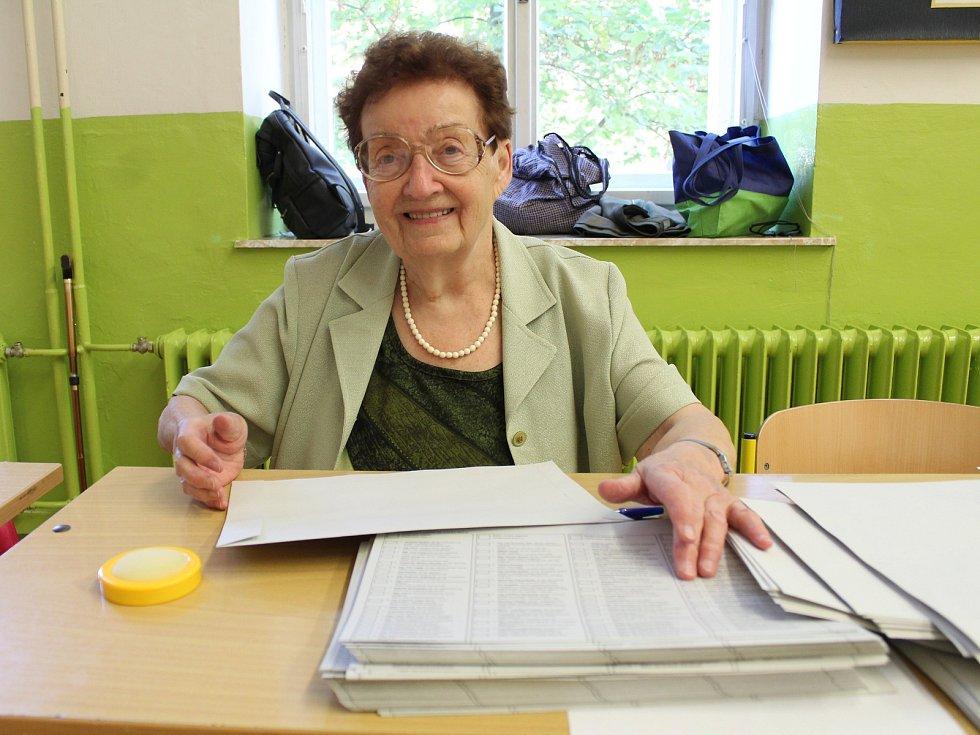 91letá paní Ludmila Hanušová ječlenkou komise v Základní škole Komenského alej v Žatci.