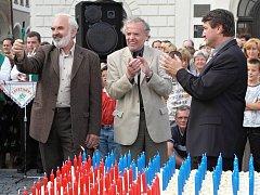 Z. Svěrák zapálil první z celkem tisícovky svíček na obřím dortu při oslavách milénia Žatce v roce 2004.