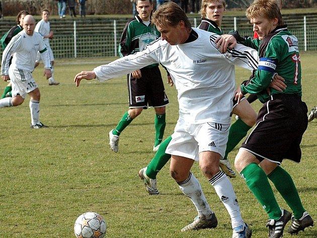 Fotbalová legenda Horst Siegl, jehož atakuje kapitán Chomutova a střelec jediného gólu utkání Doksanský, se v sobotu objevil poprvé v dresu Chmel Blšany.