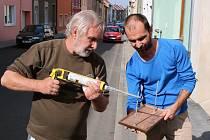 Pavel Fexa (vlevo) a Michal Fexa připravují pamětní desku na instalaci