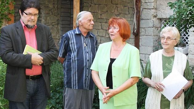 Majitelka perucké Galerie U Kozorožce Hermína Viera Kopicová (v zeleném) při zahájení výstavy