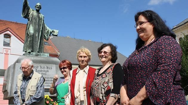 Vzpomínkové setkání u pomníku Jana Husa na Mírovém náměstí v Lounech