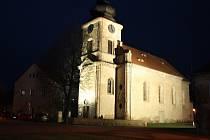 Nasvícený kostel ve Velké Černoci.