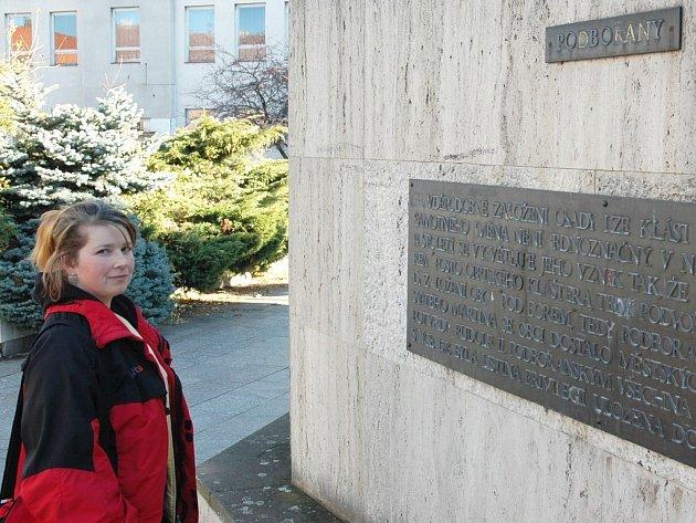 Lenka Leonovičová si prohlíží památník Města Podbořany, který bude v příštích dnech zbourán kvůli úpravám rušné křižovatky mezi ulicemi Přáteství a Husova.