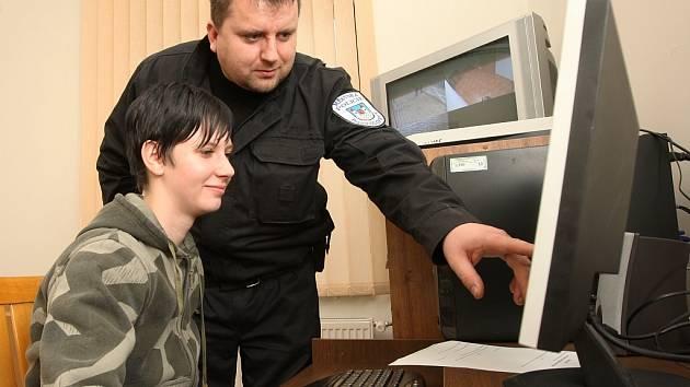 Ředitel postoloprtských strážníků Aleš Tallowitz s operátorkou kamerového systému Martinou Krobotovou při zprovoznění kamer.