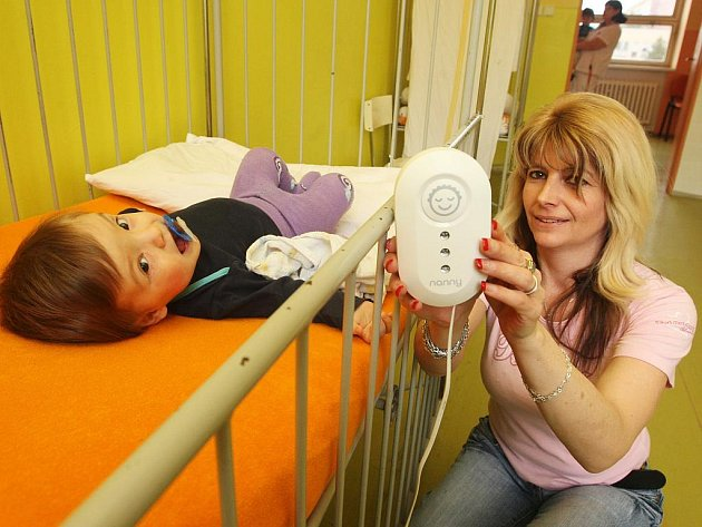 Třináctiměsíční Vítek se svou tetou Anastázií Pinkavovou a speciálním monitorem u postýlky.