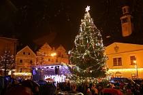 Rozsvícení vánočního stromu v Lounech doprovázel déšť. Přesto přišly stovky lidí, nejčastěji s dětmi