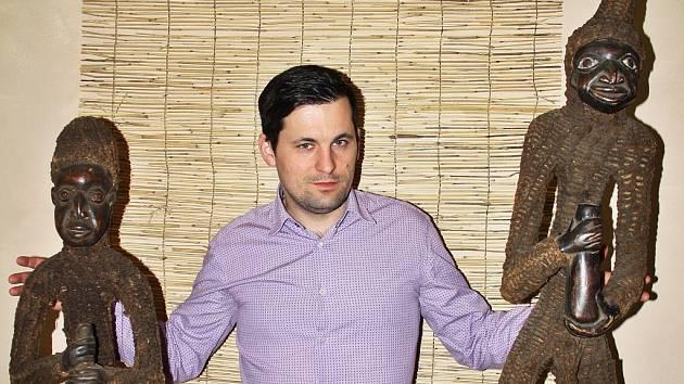 Galerista Alexandr Gižynski z Galerie Sladovna v Žatci ukazuje některé z unikátních exponátů vzácné sbírky manželů Zemanových.