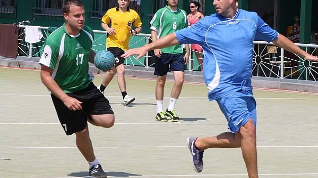 Turnaj v národní házené v Žatci. Na snímku domácí tým (v zeleném) v utkání s Chomutovem. Hosté vyhráli 9:8