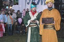 Šermíři ze skupiny Vítkovci předvádějí Baltazara a Melichara v betlémském příběhu na postoloprtském náměstí.