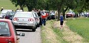Záchranáři a diváci na místě tragédie u Čeradic.