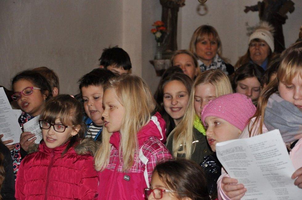 Zpívání v kostele sv Šimona a Judy v Lenešicích. Lidé si zazpívali 7 koled a dalších 5 vánočních písní, které připravili žáci a Příležitostný vánoční sbor ZŠ Lenešice. Akce se zúčastnilo asi 70 lidí.