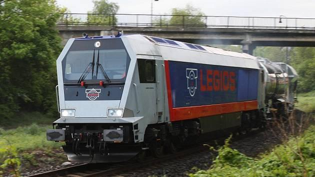 Lokomotiva Legios General vyjíždí z lounského hlavního nádraží