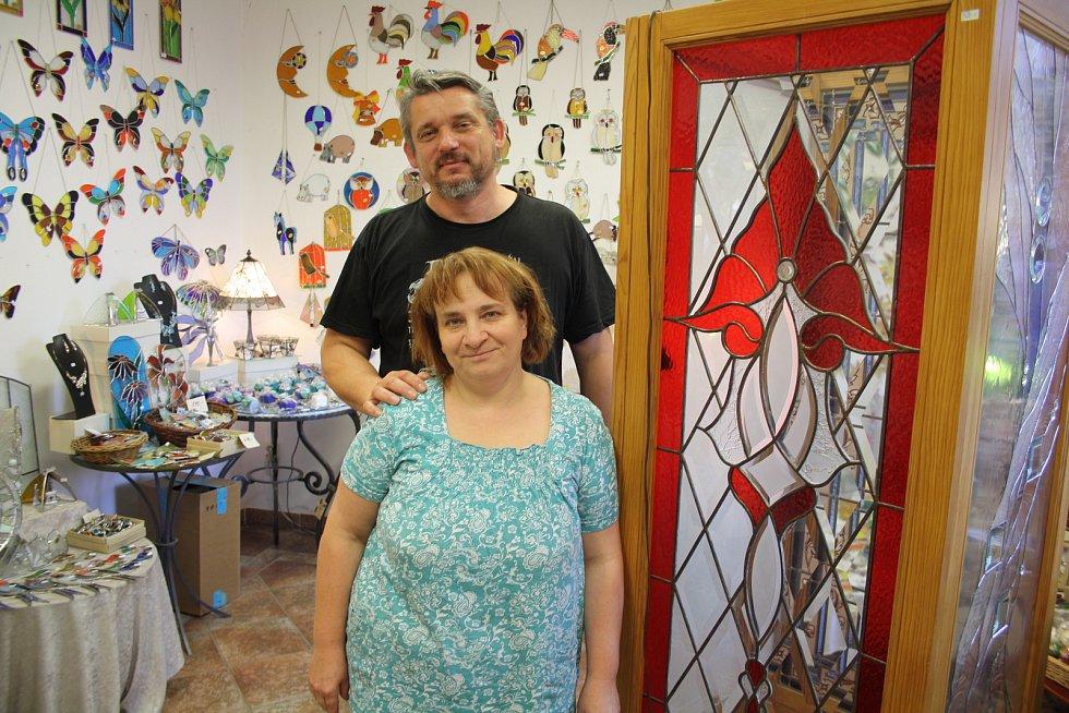 Manželé Richard a Jitka Kantovi z Lubence se 26 let zabývají výrobou vitráží.