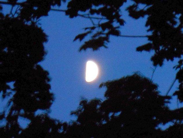 Snímek ze Žatce zachycuje, jak o víkendu Měsíc vstoupil do své první čtvrt