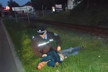 Strážníci vytáhli muže z kolejiště včas