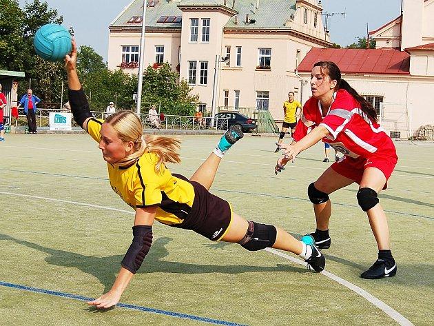 Utkání národních házenkářek Žatce (v červeném) proti týmu Blovic