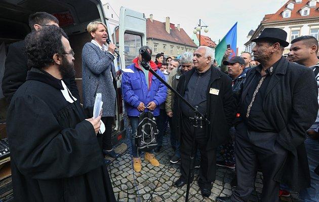 Žatecká starostka Zdeňka Hamousová se snažila přítomné uklidnit. Mnoho výkřiků zdavu ji ale téměř nenechalo domluvit