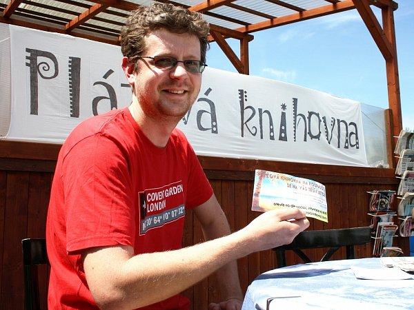 Ondřej Kunc, pracovník Městské knihovny Louny zve do Plážové knihovny, kterou toto zařízení opět zřídilo na koupališti. Lidé si tam mohou kodpočinku a slunění zapůjčit nějakou zajímavou publikaci nebo si přečíst například Žatecký a lounský deník