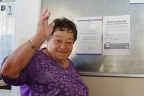 Marie Vencová z Velichova u Žatce si prohlíží letáky, oznamující stávku, v budově hlavního nádraží v Žatci.