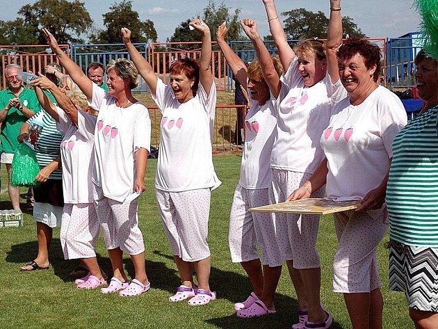 Veselé roztleskávačky z Dolních Chabrů přispívaly k výborné atmosféře na sobotním turnaji fotbalových starých gard ve Vroutku.