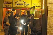 Policejní kontrola před diskotékou Imperium v Lounech. Strážníci městské policie tam hlídají každý víkend.