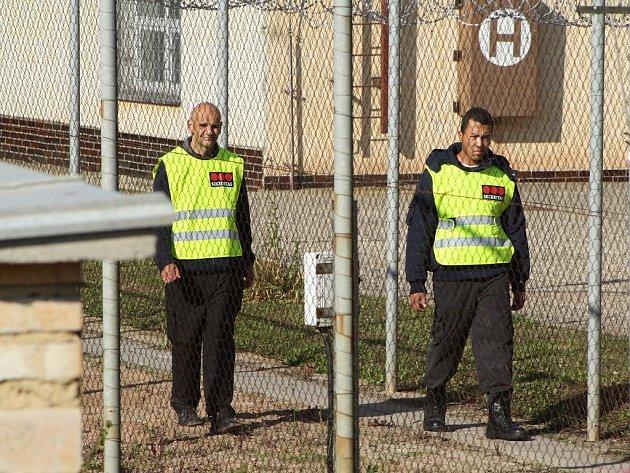 Objekt je obehnán plotem sžiletkovým drátem, hlídkuje bezpečnostní služba.