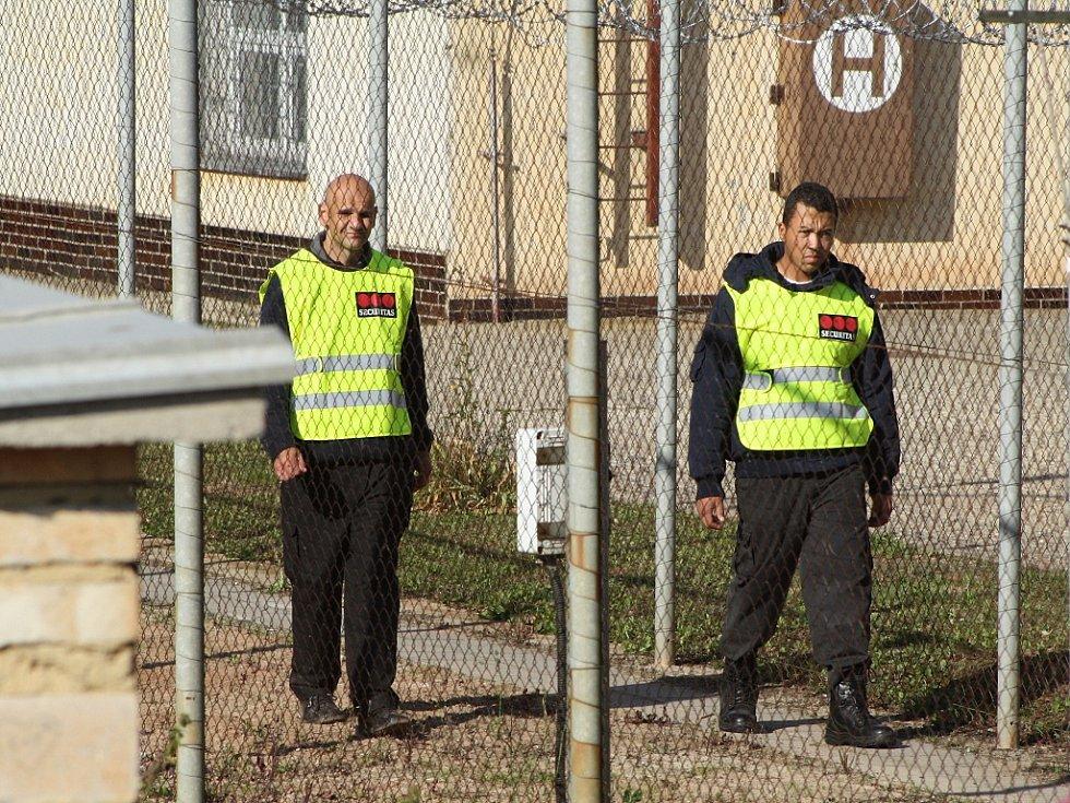 Objekt je obehnán plotem s žiletkovým drátem, hlídkuje bezpečnostní služba.