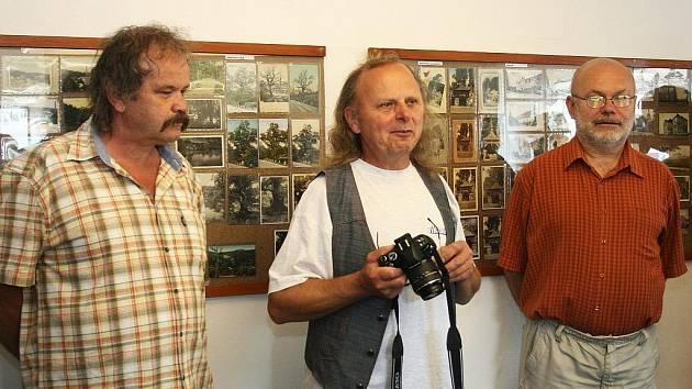 K vidění jsou pohlednice z Peruce a okolních vesnic, které sbírá Miroslav Aulický z Radonic (vlevo), spolu s ním zahájili výstavu majitel galerie Miroslav Blažek (uprostřed) a Jiří Menoušek, spoluautor knihy o pohlednicích Lounska.