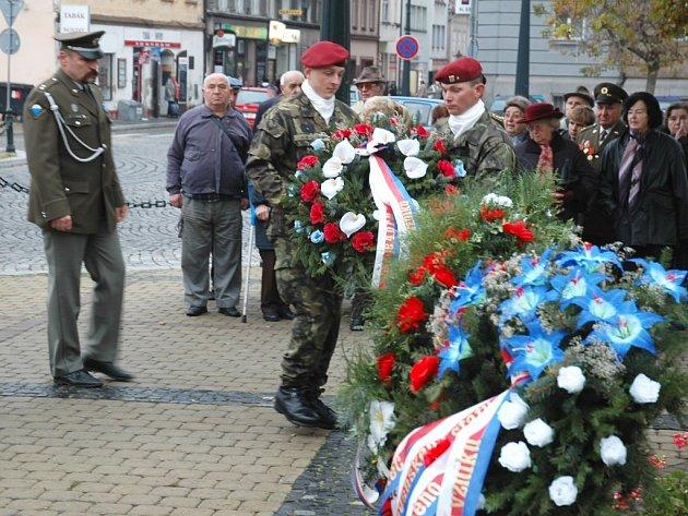 Vojáci kladou věnce k pomníku na žateckém Kruhovém náměstí.