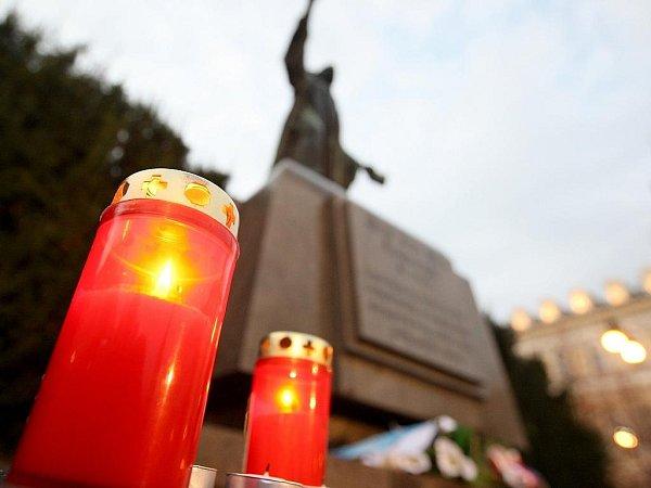 Vzpomínka na 17.listopad 1989na Mírovém náměstí vLounech