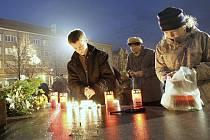 Vzpomínka na 17. listopad 1989 na Mírovém náměstí v Lounech