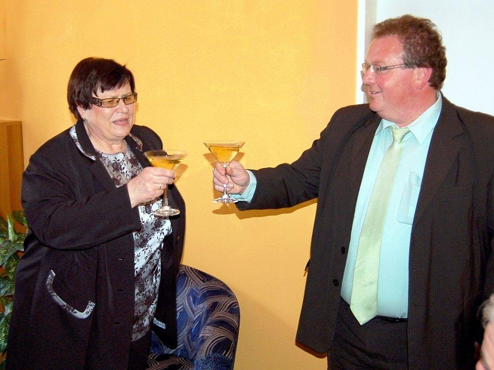 Poslankyně Marie Benešová (ČSSD) při slavnostním otevření nové kanceláře v Lounech. Na snímku se starostou Podbořan Radkem Reindlem