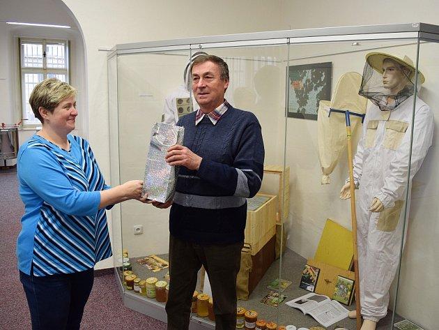 Jitka Krouzová ze žateckého muzea předává dárek Petru Vitáskovi za vítězství v soutěži.