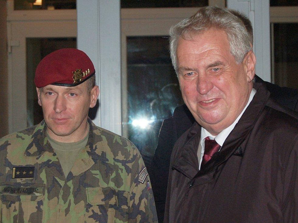 Prezident navštívil žatecké vojáky a prohlédl si techniku 4. brigády rychlého nasazení. Provedl ho velitel posádky Miroslav Hlaváč