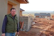 Antonín Šnábl stojí u svého domku na okraji Kryr.