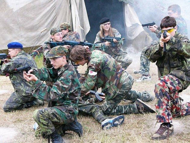 Mladí vojáci v akci při simulovaném pádu vrtulníku