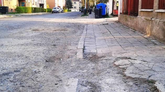 Část rozbité žatecké ulice Bratří Čapků.