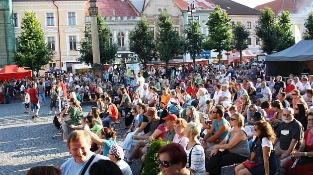 Letní lounské vábení 2013 - pátek. Mírové náměstí bylo v podvečer zaplněné