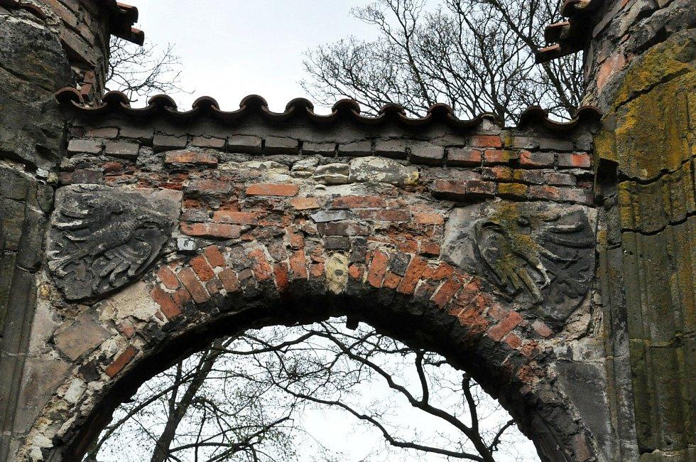 Nedostavěný gotický chrám Panny Marie s dokončenoubaroknízvonicívPanenském Týnci na Lounsku je zajímavá památka regionu.